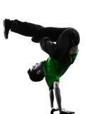 年轻杂技断裂舞蹈家breakdancing的人剪影 库存图片