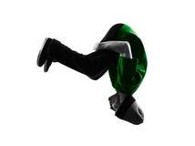 年轻杂技断裂舞蹈家breakdancing的人剪影 免版税图库摄影