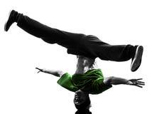 年轻杂技断裂舞蹈家breakdancing的人剪影 图库摄影