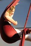 杂技演员空中女性放松 免版税图库摄影