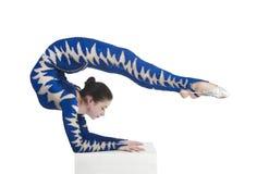 杂技演员,一套蓝色衣服的马戏艺术家 免版税库存图片