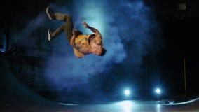 杂技舞蹈芭蕾舞蹈艺术表现自由赛跑者Parkour后面轻击慢动作用彩色烟幕棍子 股票视频