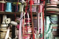 杂色的颜色缎丝带劳斯  免版税库存照片