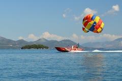 杂色的滑翔伞小船 免版税库存照片