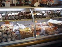 杂货店在贝瓦尼亚镇在意大利 库存照片