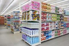杂货店、架子和产品项目 棚架 库存图片