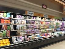 杂货店内部牛奶店事例走道 免版税库存图片
