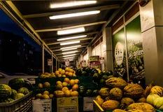 杂货店在土耳其镇在晚上 免版税库存照片