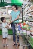 杂货的母亲和儿子购物在超级市场,购买西瓜 库存图片