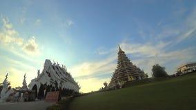 权国尹女神和Ubosot, Vihara在蓝天背景的Phob Chok大雕象Wat Huay Plakang寺庙的 影视素材