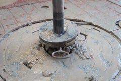 钻杆和滑动与钻杆刮水器有肮脏的黏土的 库存图片