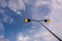 杆的光和天空在下午末期 免版税库存照片