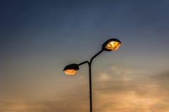 杆的光和天空在下午末期 库存图片