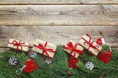 从杉木分支、圣诞节装饰和礼物bo的边界 库存图片