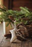 杉木和锥体手工制造圣诞节袜子和篮子  免版税库存图片