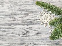 杉木在葡萄酒木背景的分支和雪花特写镜头 免版税库存照片
