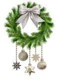 从杉木枝杈的圣诞节花圈有装饰球和snowf的 免版税库存图片