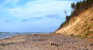 杉木沙子海岸向Jurkalne Kurzeme拉脱维亚扔石头 图库摄影