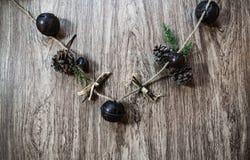 杉木锥体、响铃和绿叶假日诗歌选  免版税库存照片