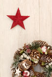杉木锥体和一个红色星精美圣诞节花圈  免版税库存照片