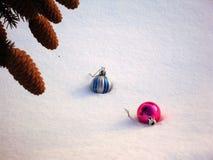 杉木锥体和圣诞节玩具 免版税图库摄影