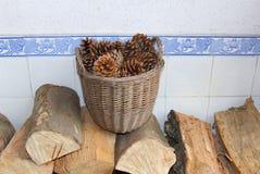 杉木锥体和woodblocks开阔的壁炉的 免版税库存照片
