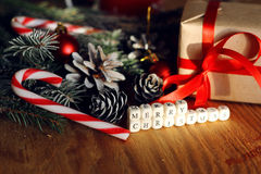 杉木锥体圣诞节礼物的分支戏弄 免版税图库摄影