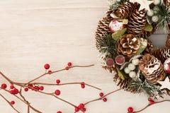 杉木锥体精美圣诞节花圈  免版税库存照片