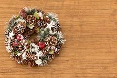 杉木锥体精美圣诞节花圈  免版税图库摄影