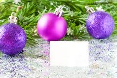 杉树与五彩纸屑的分支和圣诞节玩具中看不中用的物品 库存图片