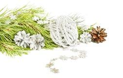 杉树分支、银色锥体和星诗歌选在白色 库存照片