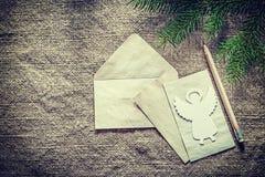 杉树分支信封纸在袋装的backgrou的铅笔天使 免版税库存图片