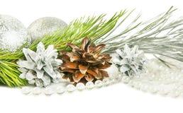 杉树分支和锥体与银色球在白色 库存照片