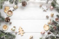 杉树和针叶树锥体的圣诞节装饰在木backgr 免版税库存照片