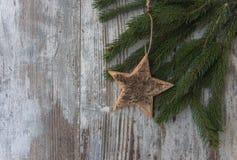 杉树圣诞节装饰、星和针叶树在织地不很细w的 免版税图库摄影