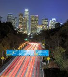 洛杉矶夜都市都市风景和110高速公路 库存照片