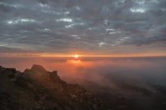 洛杉矶有雾的日出 免版税库存图片