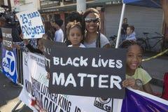 洛杉矶,加利福尼亚,美国, 2015年1月19日,第30每年马丁路德金小 王国天游行,妇女举行标志黑生活 图库摄影
