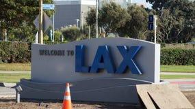 洛杉矶,加利福尼亚,美国- 2014年10月9日, :欢迎到在Sepulveda大道的LAX标志 LA机场是第六繁忙的 库存照片