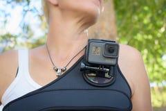 洛杉矶,加州- 11月4日:在胸口鞔具的佩带的GoPro HERO5黑色2016年11月4日 免版税库存照片