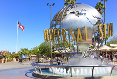 洛杉矶,美国- 10月13日:在环球电影制片厂好莱坞主题乐园前面的普遍Studion标志201 10月13日, 图库摄影