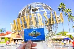 洛杉矶,美国- 10月13日:在环球电影制片厂好莱坞主题乐园前面的普遍Studion标志201 10月13日, 免版税库存照片