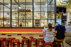 洛杉矶,美国- 2016年8月8日:结合有膳食在Knead & Co面团酒吧的凉快的装饰和市场在盛大中央标记 免版税库存照片