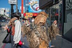 洛杉矶,美国- 2014年8月1日-在名望步行的人和电影面具  免版税库存照片