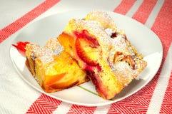 李子和桃子蛋糕 库存图片