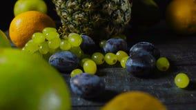 李子和葡萄在木表上用热带水果 股票视频