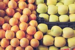 李子和黄色苹果在葡萄酒口气 免版税库存图片
