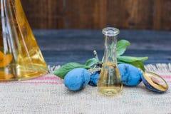 李子白兰地酒或任何烈酒用鲜美和新鲜的李子果子 免版税库存图片