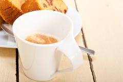 李子蛋糕和浓咖啡咖啡 图库摄影