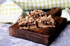 李子饼和面包屑开胃菜  图库摄影